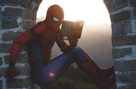 Spider-Man legge una storia (un libro) by Raj-Eiamworakul