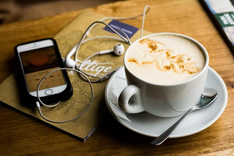 ipod-podcast-listening-coffee-copyvoicer
